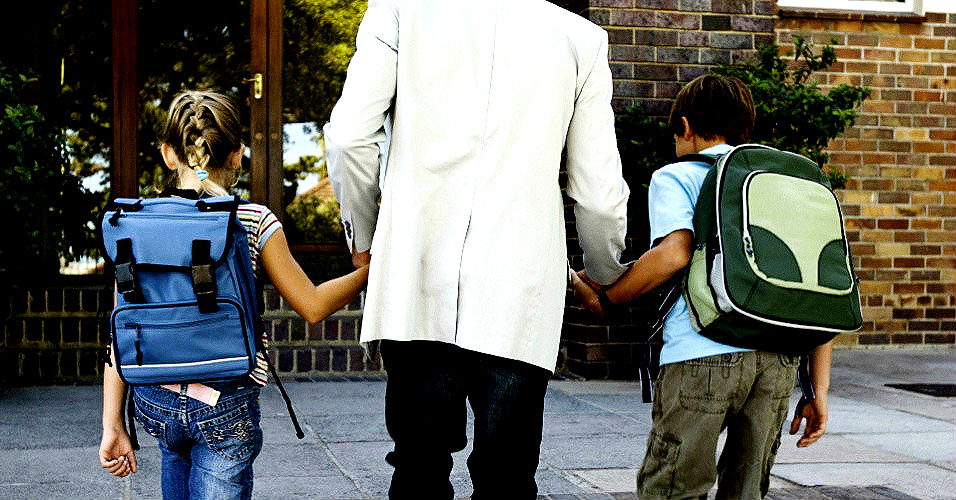 pai-levando-filhos-a-escola